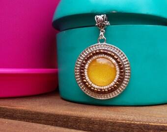 Sautoir style hippie chic en perles de rocailles et cabochon jaune en verre