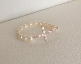 Cross pearled bracelet