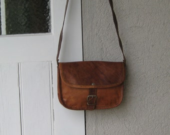 SALE !  Vintage Brown Leather Shoulderbag with Strap and Buckle Closure.