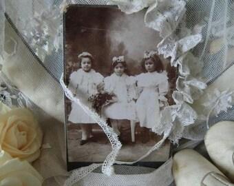 Photo vintage antique fille papillon minable