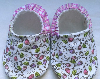 Cloth baby shoes - baby girl shoe - soft sole baby shoe - baby moccasins - crib booties - baby shoes - baby slippers