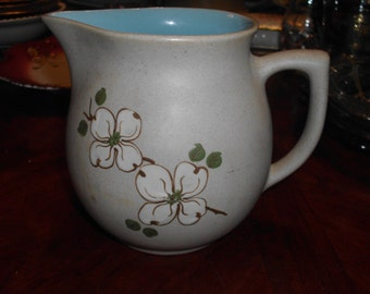 wonderful vintage pigeon forge pottery dogwood pitcher