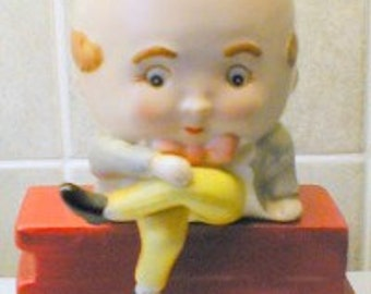 SCARCE and collectable HUMPTY DUMPTY original porcelain salt and pepper set  1950′s