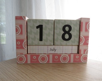 Perpetual Wooden Block Calendar - Pink Retro Vintage Cameras - Great for Photographers