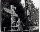 vintage photo 1950 Kanada VAngover Canada Vancouver Stanley Stands by Totem Pole Unusual