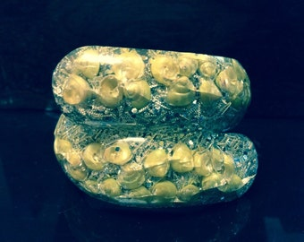 Vintage lucite clamper bracelet confetti and sea shells gold yellow