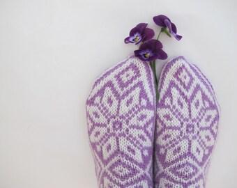 Handknitted norwegian socks for women in light turquoise and dark turquoise pattern.