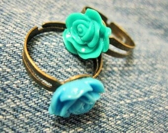 BLUE and GREEN ROSE Ring Set / Feminine and nostalgic set of two rings / Antiqued brass base