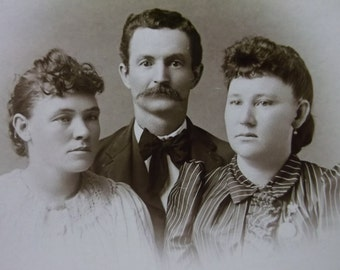 Cabinet Card Antique Photo-Pretty Ladies-Mustached Man-Fashion-Locket-S.Omaha,NE