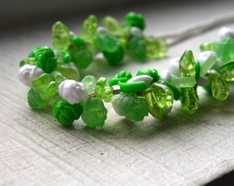 1960s Green Floral Beaded Choker. NOS