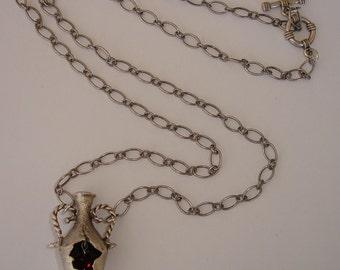 Collier Art Déco avec pendentif amphore argenté vieilli