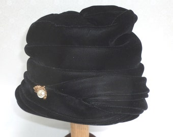 Black Velvet Cloche  Vintage Hat with Pearl Embedded Hat PIn - H14N-F