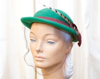 1940's Hat // Green Felt Hat with Feather and Veil
