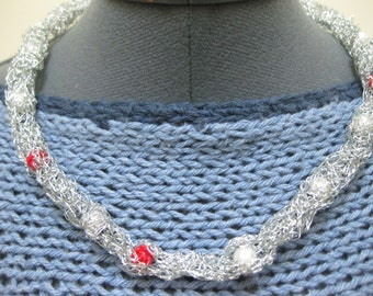 metal crochet necklace with pearls and roses