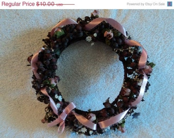 Small shabby-chic wreath/artificial flowers/resemble dried flowers