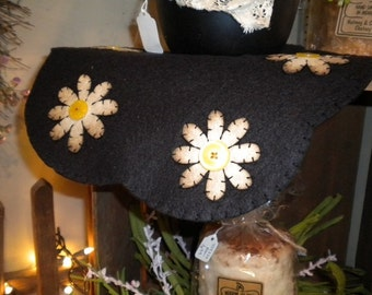12 inch scalloped candle mat with daisies in the scallops