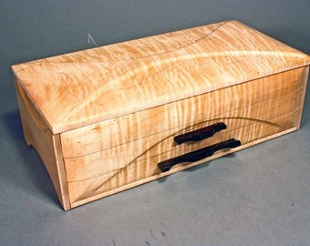 "Jewelry box - ""GRAND DUCHESS_III"" - in Tiger Maple"