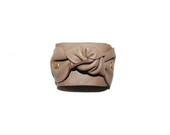Knot leather beige bracelet
