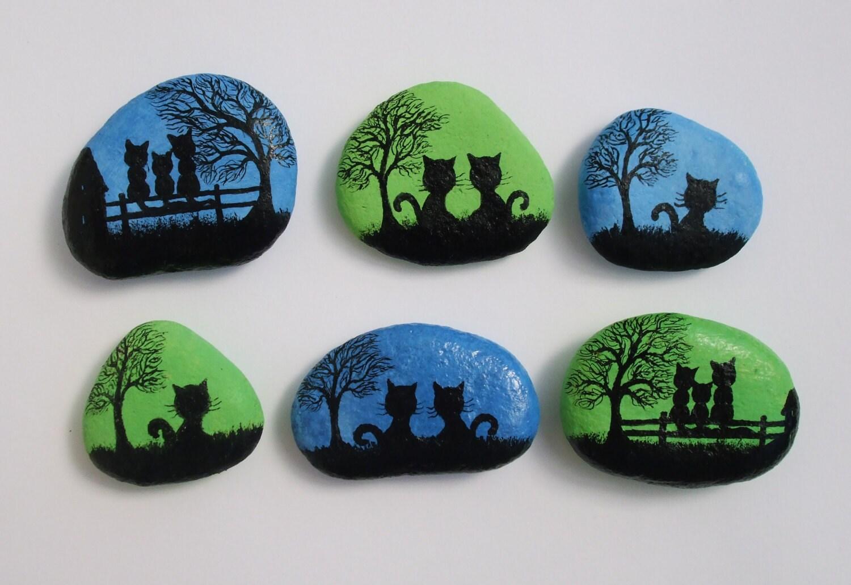 Painted pebbles fridge magnets cats painting on stones for Pintura de piedras
