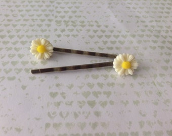 Daisy hair slides, small flower hair clips on antique bronze look slides, plastic white and yellow daisy hair accessories. Daisy hair clips