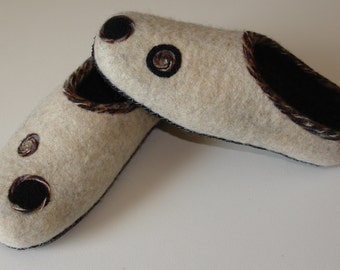 Handmade felted slippers/house shoes/clogs. Natural white and black, yarn ornaments, leather soles. 24cm (9.4 inch)