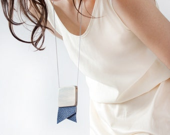 Flag in blue leather and wood necklace