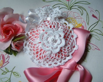Crochet wedding favor bag. Favor box in white cotton with bows and roses in Ireland. Small bag crochet for marriage