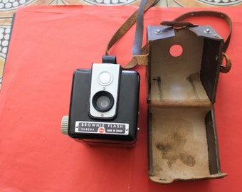 Camera with case of protection Brownie drawn by Walter Dorwin Teague Appareil photographique argentique Kodak France 1900/1967 Sold damaged