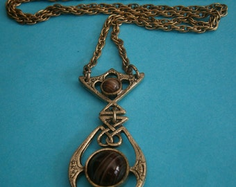 B11) A lovely vintage gold tone metal Scottish Celtic knot faux agate glass pendant necklace with chain