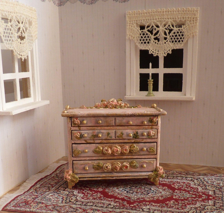 puppenhaus 1 12 miniatur m bel antike kommode in rosa. Black Bedroom Furniture Sets. Home Design Ideas
