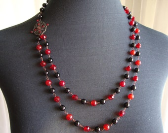 Pearls necklace setted in Onyx and Red Crystal faceted and smooth.