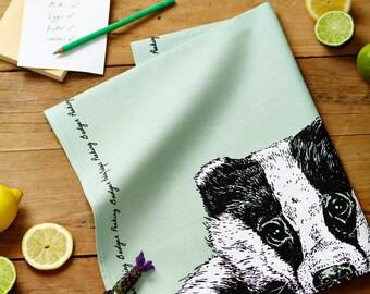 Peeking Badger torchon en vert sauge - accessoire de cuisine de pays, homeware parfait cadeau pour les amoureux des animaux.