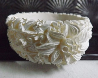 1950s hinged clamper bracelet Featherweight Bubbleite Featherlite floral Edelweiss celluloid white wedding cake