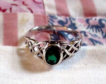 RING -   CELTIC KNOTS -Emerald Glass - Irish - Estate Sale  - Sterling Silver - Size 7 green127