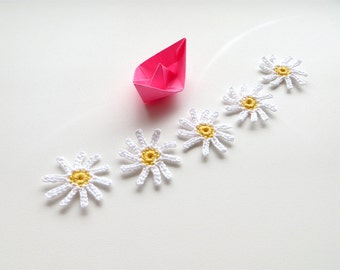 Crochet Daisy Appliques, Tiny Skinny Daisies, Crocheted Small Flowers, Snow White, Gift Party Clothing Decorations, Fiber Art Motifs