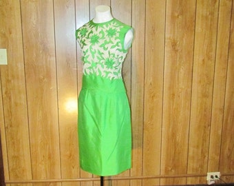 On Sale-Fabulous VINTAGE Green SKIRT SUIT With Flowers