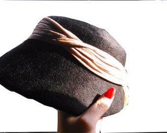 Vintage little black wool hat with beige pink ribbon 1950 50s