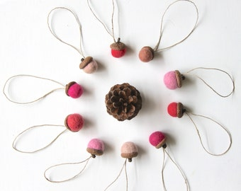 Shades of pinks felted acorns, Needle felt acorns, Wool ornaments, Christmas Holidays decor Natural wedding favor Small gift, woodland party