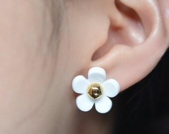 Marc Jacobs Inspired White Daisy Stud Earrings on Post. Daisy Earrings.