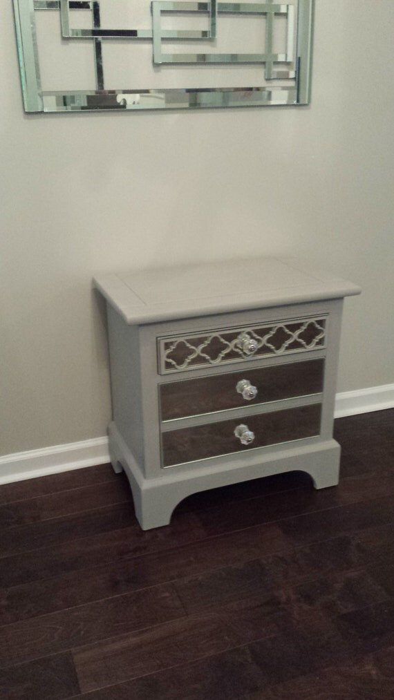 table de chevet en miroir avec quadrilobe par mirroredjewels. Black Bedroom Furniture Sets. Home Design Ideas
