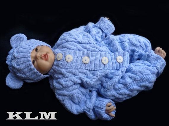 Вязаный комбинезон для новорожденного с косами
