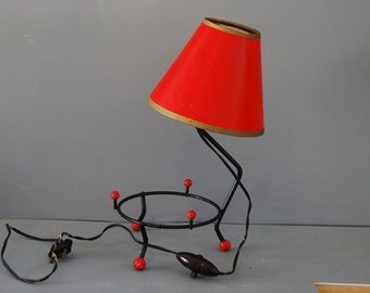 French vintage 50s table lamp in wire and plastic, red cardboard shade, bakelite switch and plug. Kitsch and fun