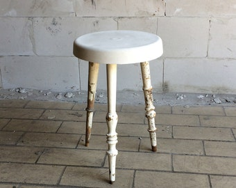 Concrete stool with ouderwetsche feet/cool concrete stool with old stair rod legs
