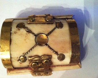 Vintage bone trinket box ( Ref No. A20 )