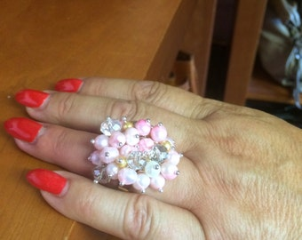 Flower rings with embedded colored pearls
