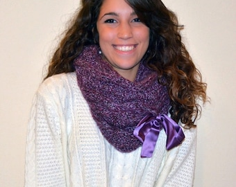 Violet infinity scarf chunky yarn knit scarf wool women. Scaldacollo in lana con applicazione di fiocco in raso.