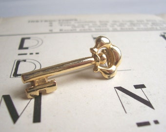 Petite Golden Key vintage brooch - little 1970s pin