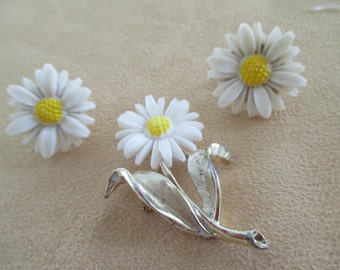 vintage costume jewelry  /  flower brooch and clip on earrings