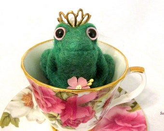 Needle Felted Frog, Princess Decoration, Green Frog with Gold Crown, Felted Frog, Fairy Tale Frog, Art Doll Sculpture