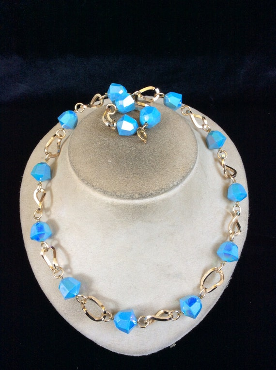 vintage baby blue irridesent beaded necklace by lehightongold